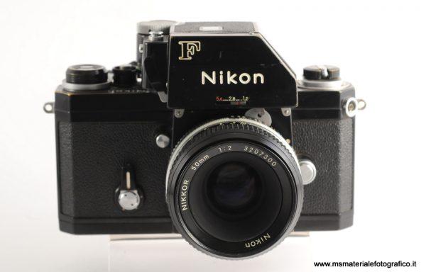 Fotocamera Nikon F nera + 50mm f/2 (esposimetro non funzionante)
