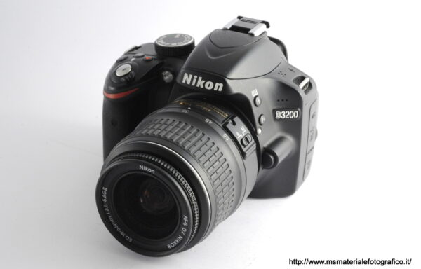 Kit Fotocamera Nikon D3200 + Obiettivo Nikkor AF-S 18-55mm f/3,5-5,6